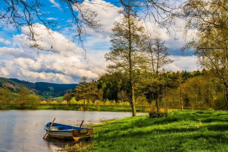 Gdzie wyjechać nad jezioro? Propozycje wyjazdu na północy i południu kraju