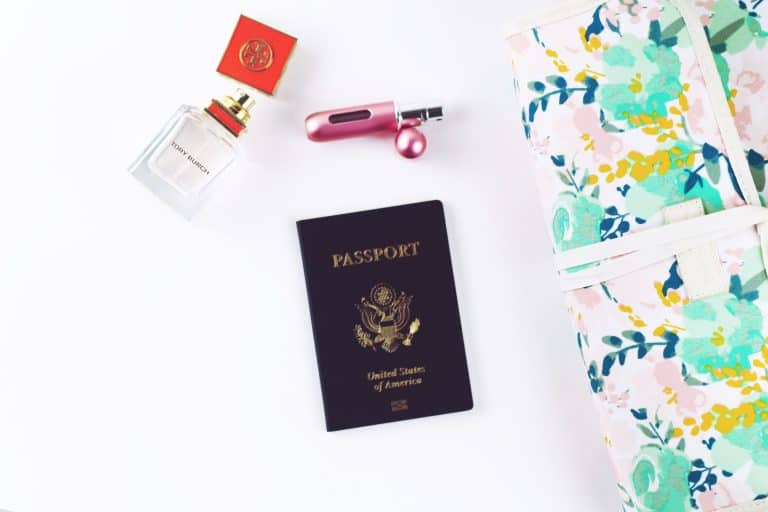 Pakujemy kosmetyczkę – doradzamy co zabrać w podróż