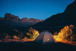 10 najważniejszych rzeczy, które warto zabrać ze sobą pod namiot do lasu