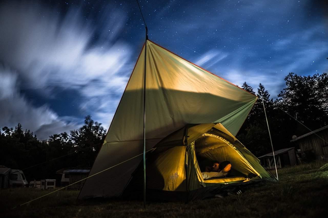 Co zabrać ze sobą pod namiot? Poznaj kilka niezbędnych rzeczy, o których nie możesz zapomnieć